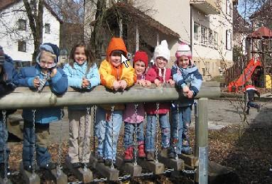 Kinder beim Spielen im Garten des Katholischen Kindergartens Sankt Vinzenz in Tuttlingen