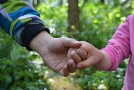 zwei Kinder halten sich an den Händen