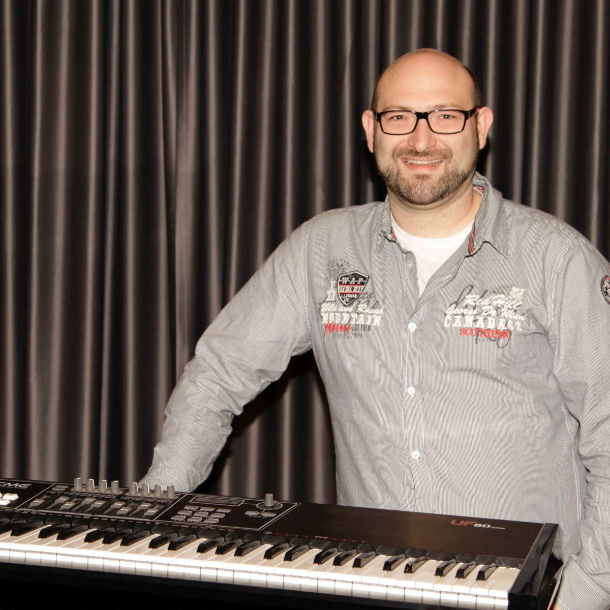 Bild von Bernd Glück am Keyboard