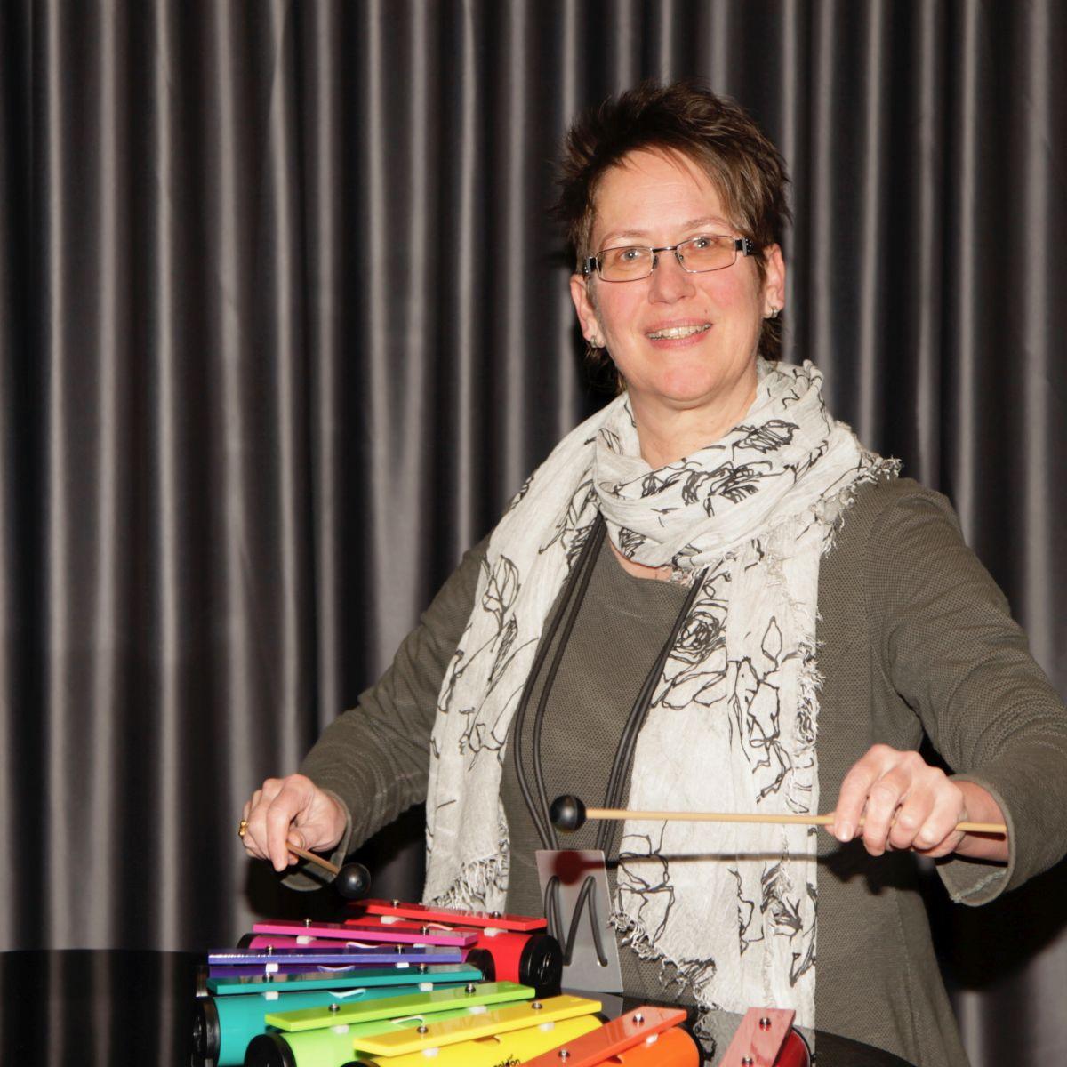 Foto von Judith Lang-Rutha mit Glockenspiel
