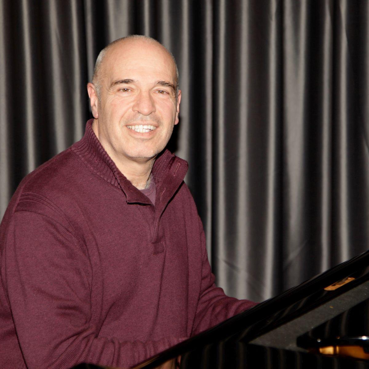 Bild von Sigisbert Stehle am Klavier