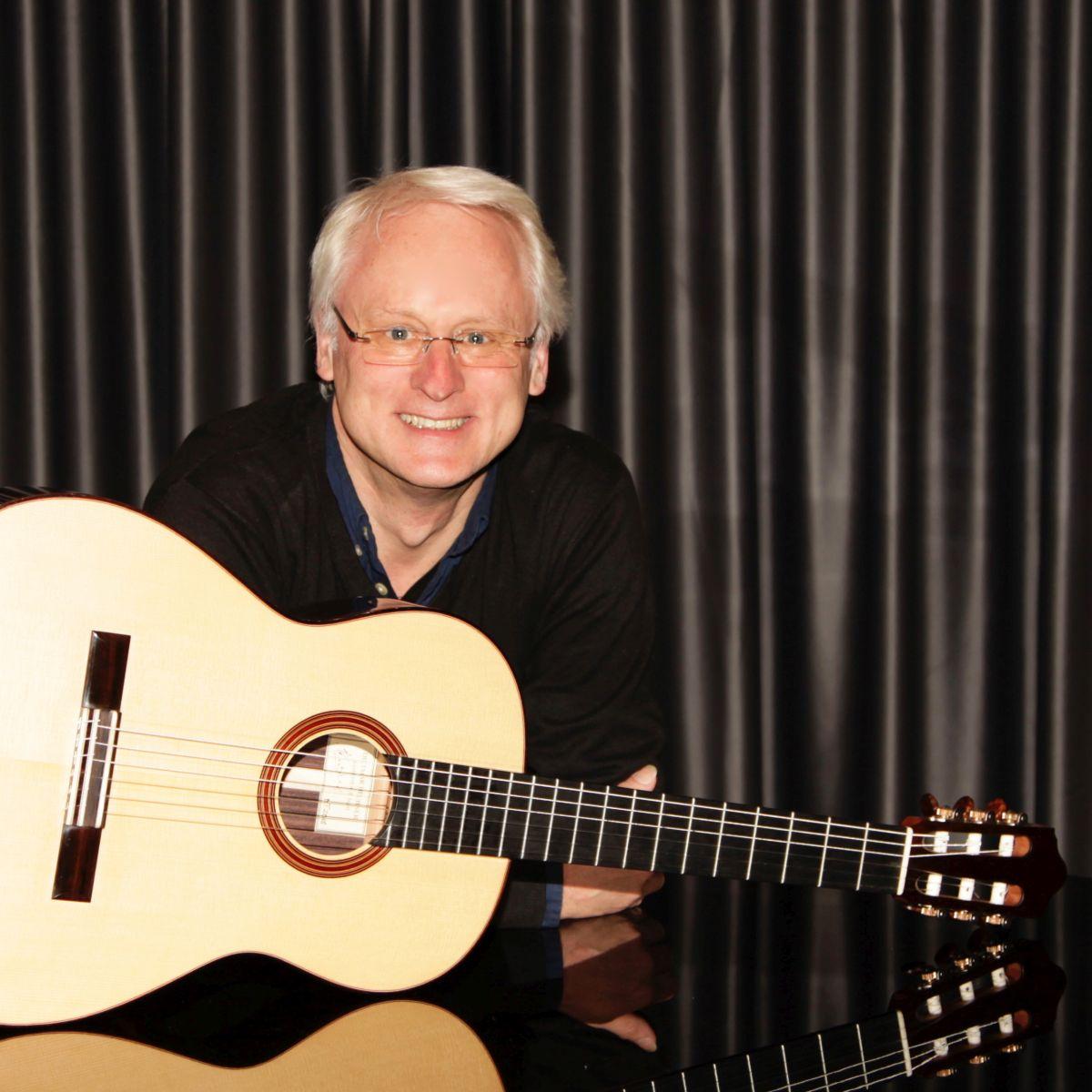 Bild von Peter Woelke mit Gitarre