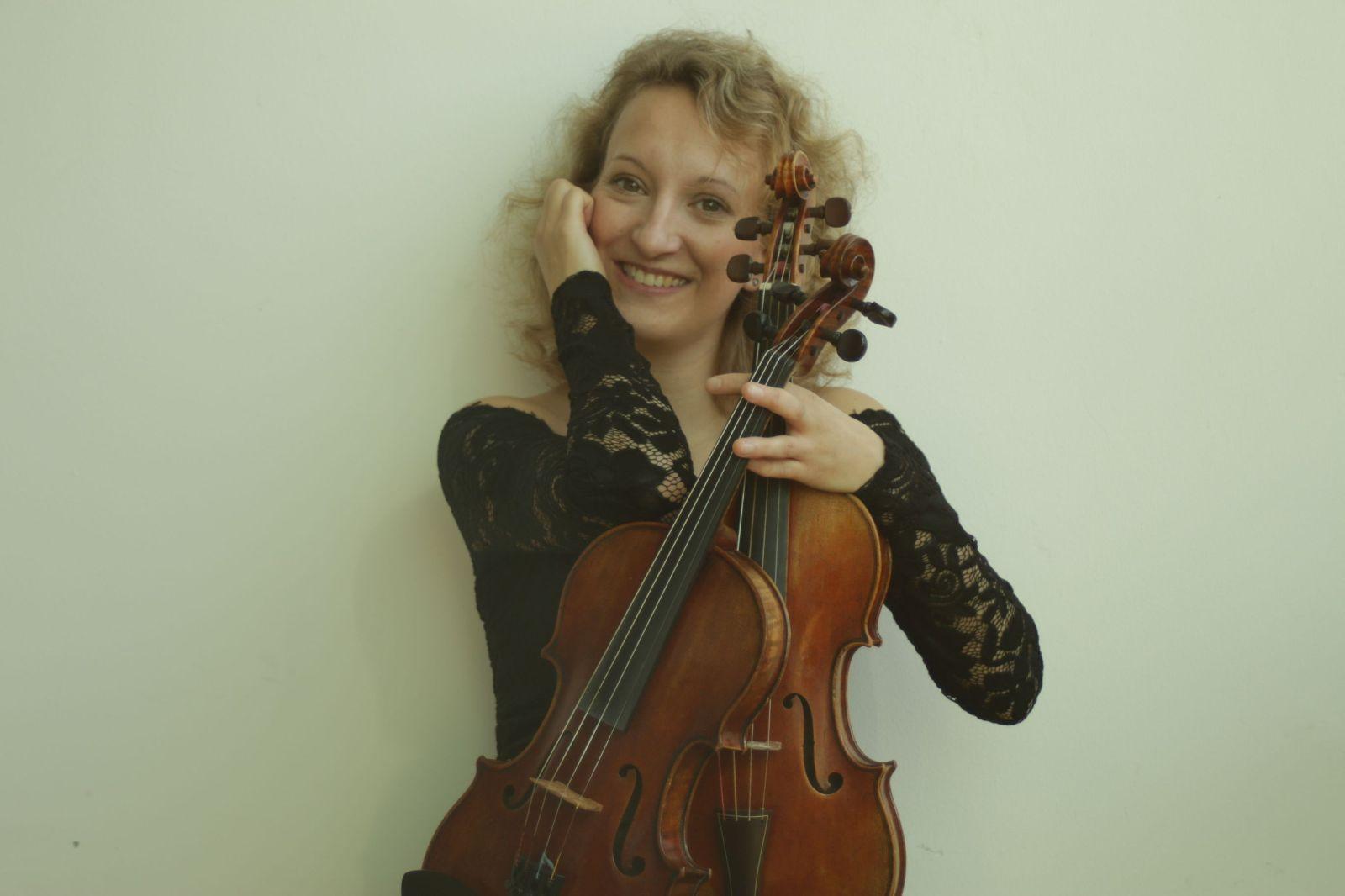 Bild von Laura Jörres mit zwei Violinen