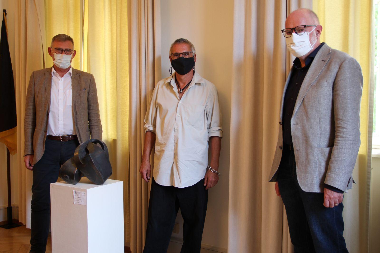 OB Michael Beck, Jörg Bach und Regierungsvizepräsident Klemens Ficht stehen hinter der Skulptur