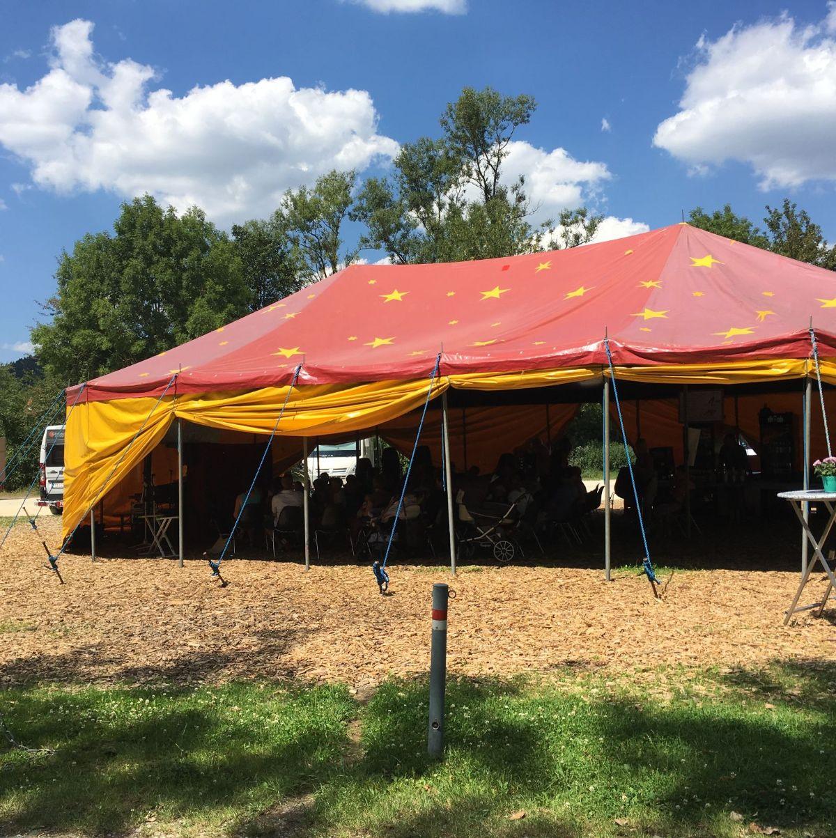 Blick auf das Zelt von Sommer im Park