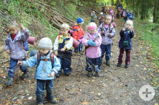 Kinder des evangelischen Kindergartens Martinskirche beim Waldtag