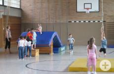 Kinder des katholischen Kindergartens Sankt Maria beim Turnen