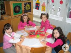 Vier Mädchen des katholischen Kindergartens Maria Königin am Maltisch