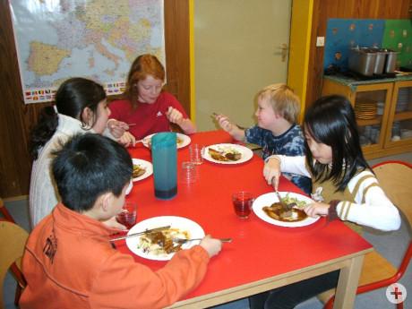 Kinder der Kindertagesstätte Brunnenstraße beim Mittagessen
